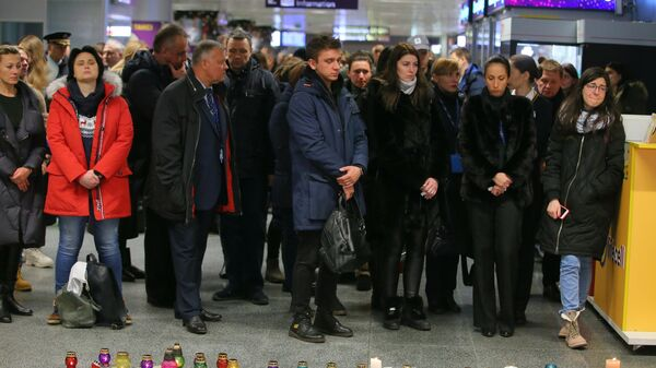 Люди у народного мемориала в международном аэропорту Борисполь в Киеве в память о членах экипажа пассажирского лайнера Украины Boeing 737-800, разбившегося в Тегеране