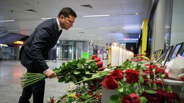 Президент Украины Владимир Зеленский возложил цветы в международном аэропорту Борисполь в Киеве в память о членах экипажа пассажирского лайнера Украины Boeing 737-800, разбившегося в Тегеране