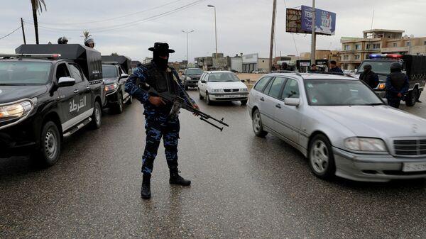 Военнослужащий в районе ливийского города Таджура