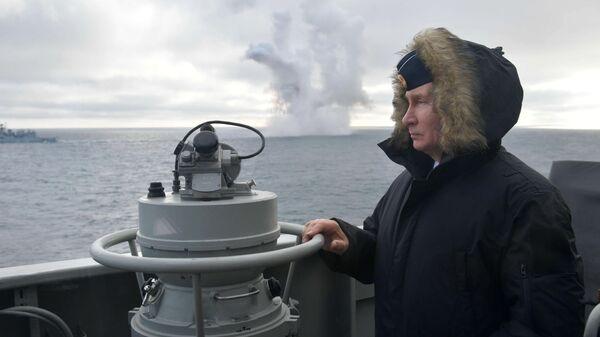 Верховный главнокомандующий ВС РФ, президент РФ Владимир Путин наблюдает за ходом совместных учений Северного и Черноморского флотов в Черном море с борта ракетного крейсера Маршал Устинов