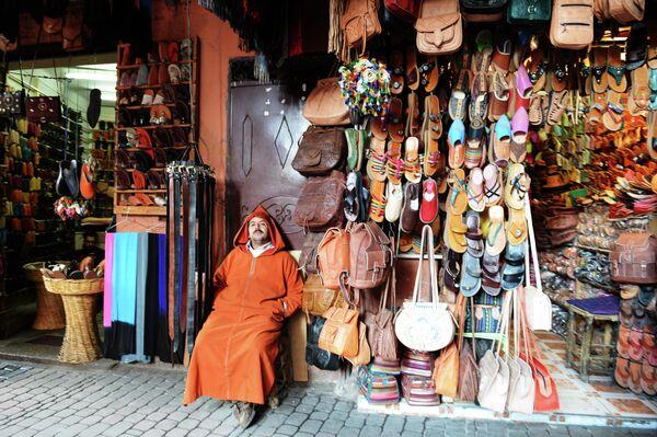 Продажа сумок и обуви на рынке в квартале Медина в Марракеше
