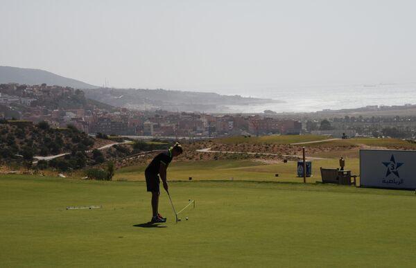 Гольфист на площадке Tazegzout Golf в Агадире