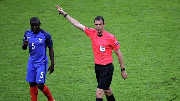 Игрок сборной Франции Н'Голо Канте и главный судья матча Виктор Кашшаи