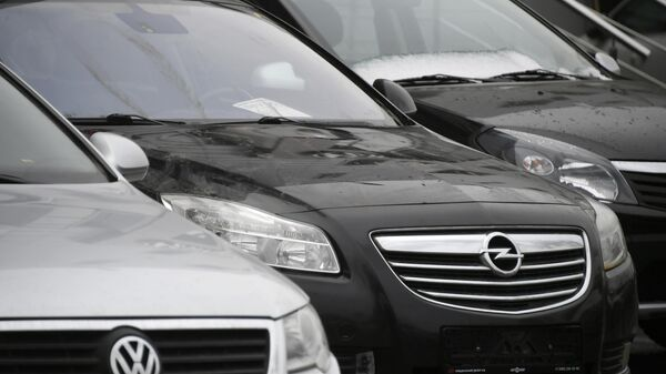 Автомобили у автосалона