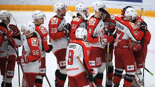 Игроки ХК Автомобилист радуются победе в матче регулярного чемпионата Континентальной хоккейной лиги между ПХК ЦСКА (Москва) и ХК Автомобилист (Екатеринбург).