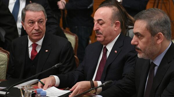 Министр иностранных дел Турции Мевлют Чавушоглу и министр обороны Турции Хулуси Акар во время встречи глав МИД и Минобороны России и Турции
