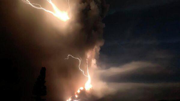 Молния во время извержения вулкана Таал недалеко от Манилы на Филиппинах. 12 января 2020