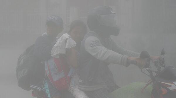 Жители, проживающие вблизи извергающегося вулкана Таал эвакуируются. 13 января 2020 года