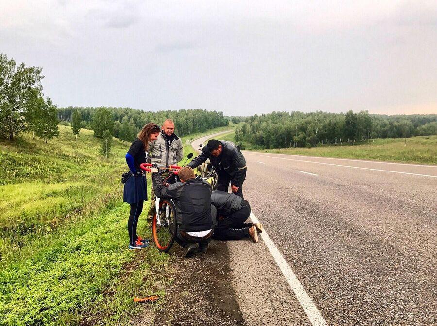 В дороге с ремонтом велосипеда помогают мотоциклисты