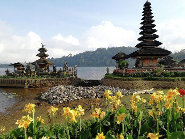 Храм Улун Дану на озере Бератан. Бали