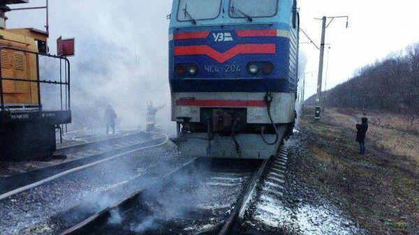 Сотрудники спасательной службы во время ликвидации возгорания электрички Шостка-Киев в Черниговской области