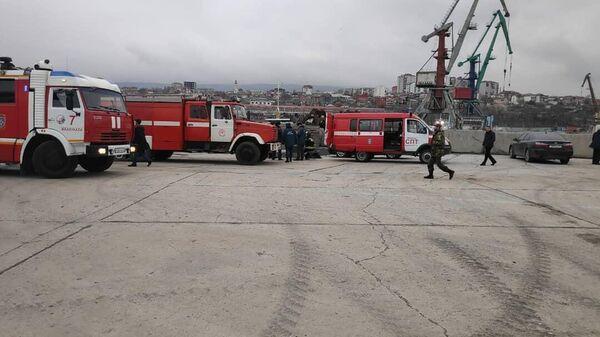 Экстренные службы на месте задымления иранского сухогруза в Махачкалинском порту Дагестана