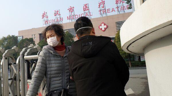 Люди у здания медицинского центра города Ухань в провинции Хубэй