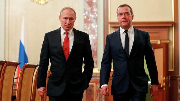 Президент РФ Владимир Путин и председатель правительства РФ Дмитрий Медведев перед встречей с членами правительства