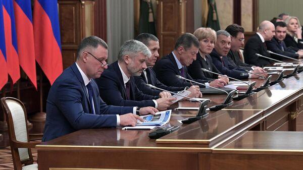 Члены кабинета министров на встрече президента РФ Владимира Путина и председателя правительства РФ Дмитрия Медведева с членами правительства РФ