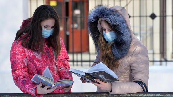 Жительницы Челябинска в медицинских масках в целях профилактики заболевания гриппом и ОРВИ
