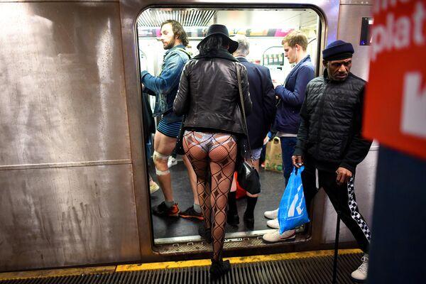Участники акции В метро без штанов садятся в поезд метро в Нью-Йорке