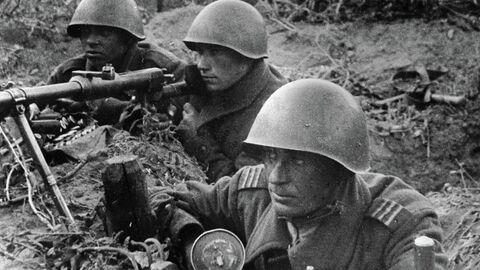 Великая Отечественная война 1941-1945 гг. Освобождение Польши от немецко-фашистских захватчиков. В предместьях Вашавы. Красноармейцы с противотанковым ружьем готовятся к отражению танковой атаки