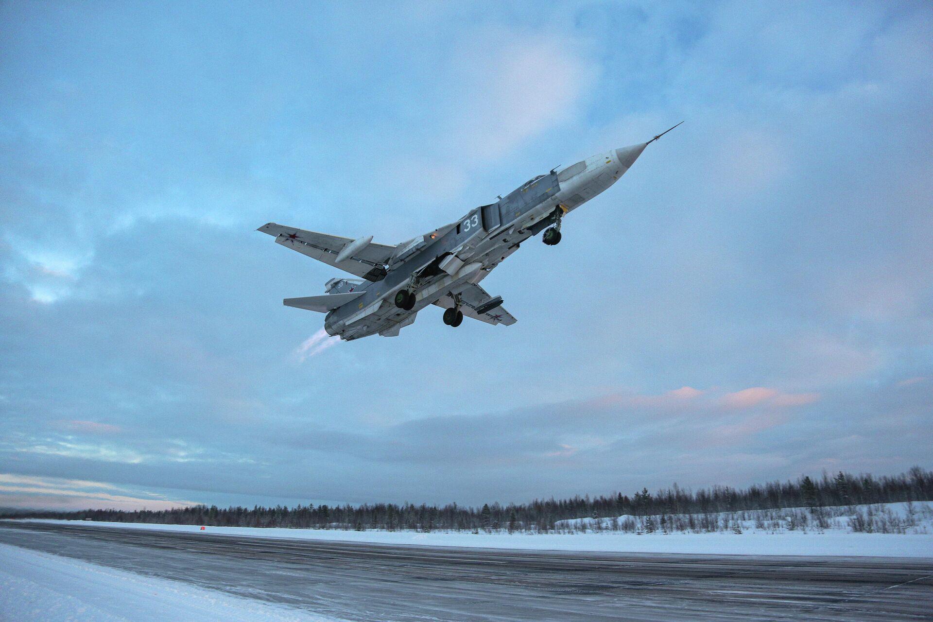 Самолет Су-24 во время учебно-тренировочных полетов в Мурманской области - РИА Новости, 1920, 26.05.2021