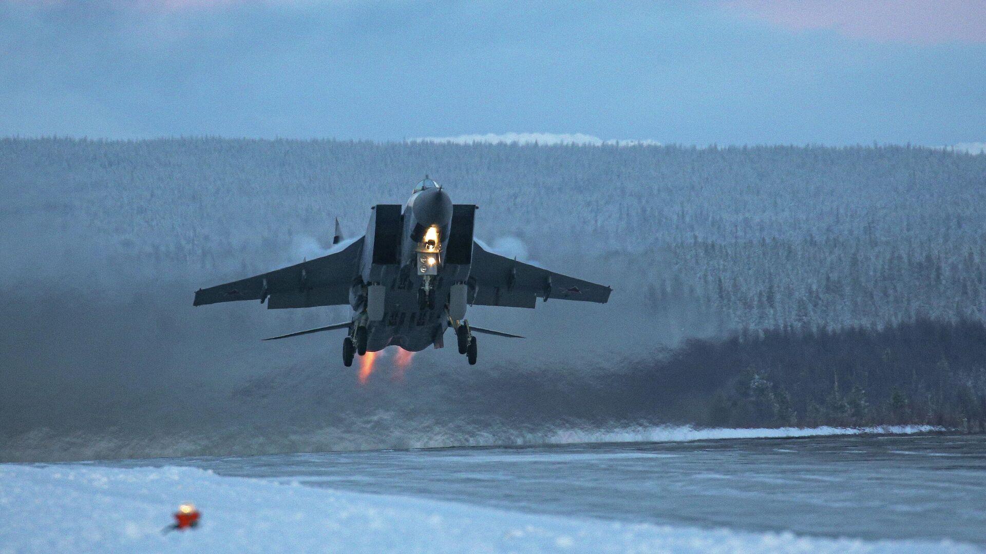 Самолет МиГ-31 во время учебно-тренировочных полетов в Мурманской области - РИА Новости, 1920, 06.02.2021