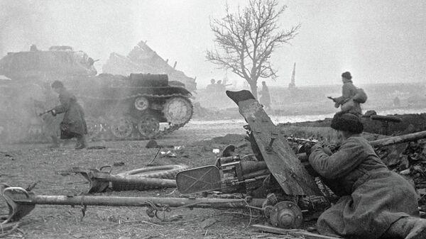 Советские воины ведут бой в окрестностях Варшавы