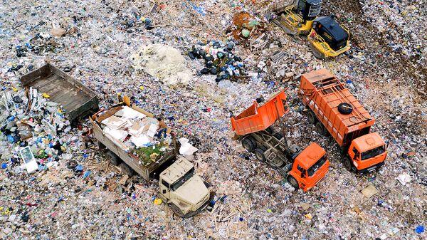 Вид сверху на полигон твердых бытовых отходов