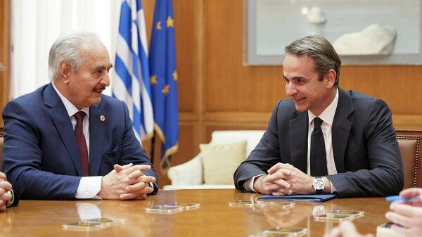 Командующий Ливийской национальной армией маршал Халифа Хафтар и премьер-министр Греции Кириакос Мицотакис во время встречи