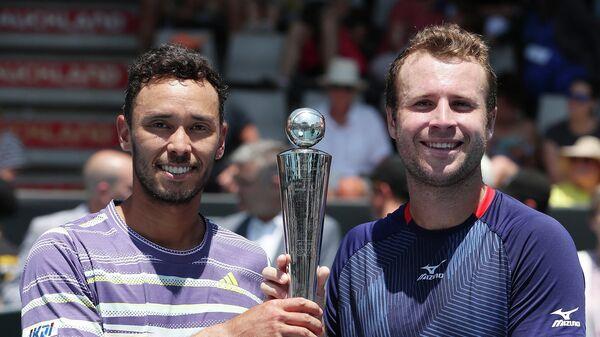Слева направо: теннисисты Бен Маклахлан (Япония) и Люк Бэмбридж (Великобритания)