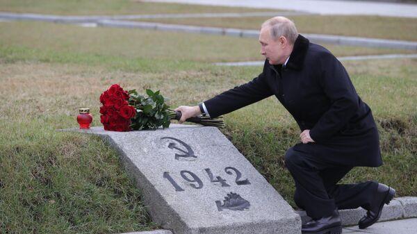 Владимир Путин на церемонии возложения цветов к монументу Мать-Родина на Пискарёвском мемориальном кладбище в Санкт-Петербурге
