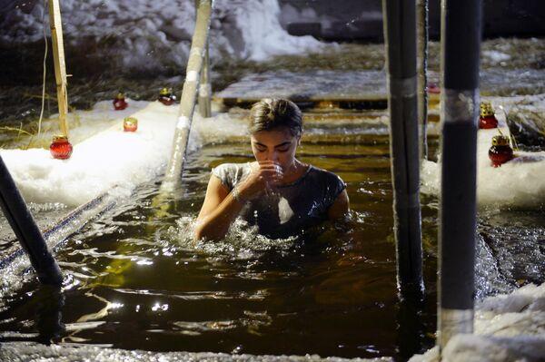 Женщина во время крещенских купаний на Верх-Исетском пруду в Екатеринбурге