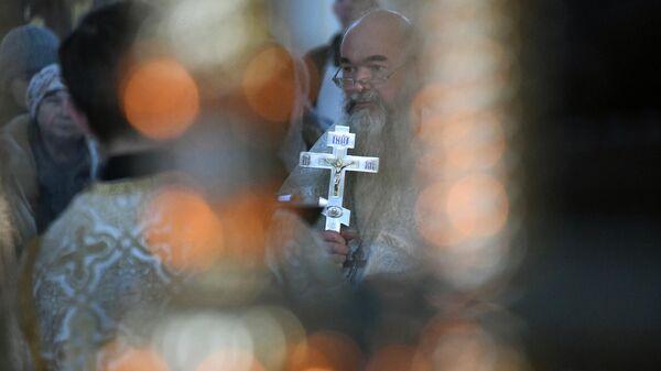 Священнослужитель в праздник Крещения в кафедральном соборе Казанской иконы Божией Матери в Чите