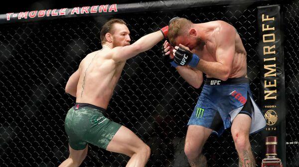 Слева направо: бойцы UFC Конор Макгрегор (Ирландия) и Дональд Серроне (США)