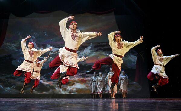 Участники танцевального ансамбля Созвездие (Петрозаводск) выступают на конкурсе Весна священная в театре Русская песня в Москве