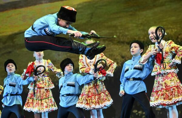 Участники ансамбля танца Улыбка (Екатеринбург) выступают на конкурсе Весна священная в театре Русская песня в Москве