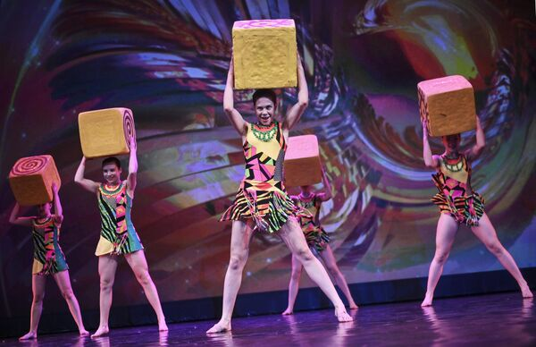 Участники эстрадного балета Экситон (Ульяновск) выступают на конкурсе Весна священная в театре Русская песня в Москве