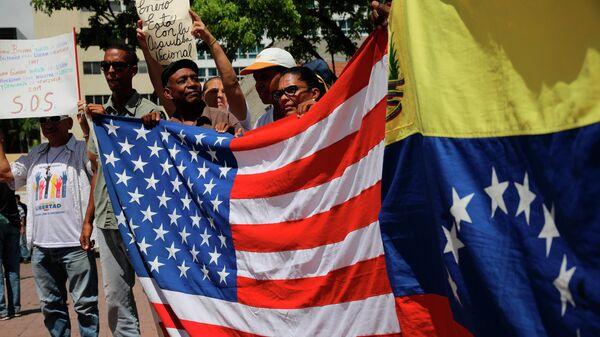 Противники правительства Николаса Мадуро во время митинга в Каракасе