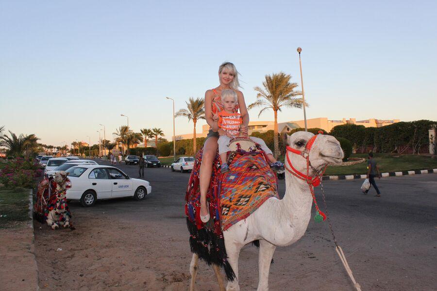 Египет. Певица Натали с сыном Толей