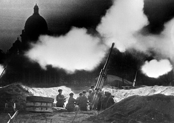 Блокадный Ленинград. Батарея зенитных орудий у Исаакиевского собора ведет огонь, отражая ночной налет немецкой авиации