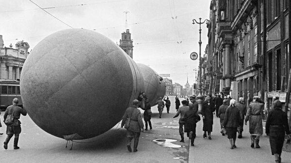 Установка аэростата воздушного заграждения на Невском проспекте в Ленинграде в дни блокады