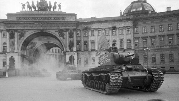 Колонна танков выезжает из арки Генерального штаба на Дворцовую площадь и отправляется на фронт