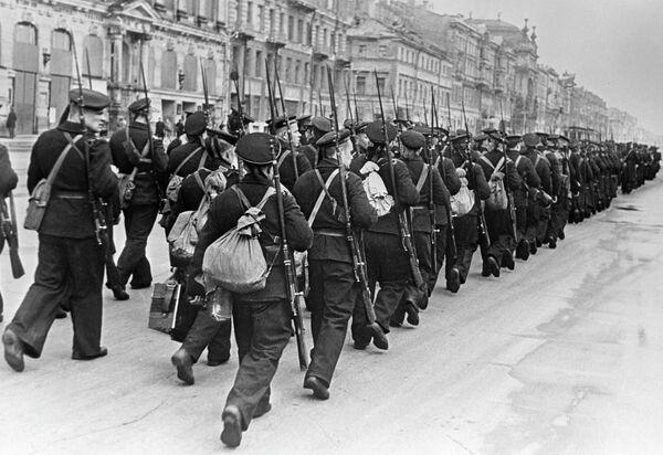 Балтийцы идут на фронт по улицам Ленинграда
