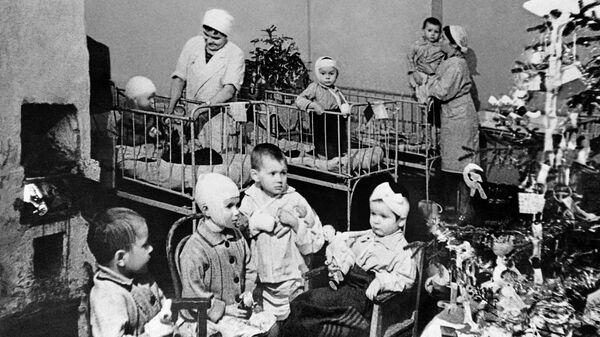Празднование Нового года в детской больнице Ленинграда