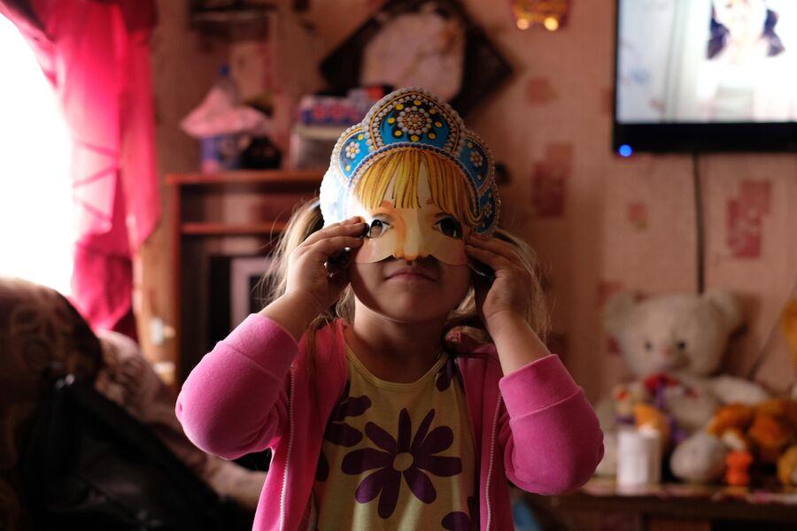 Наташа примеряет новогоднюю маску