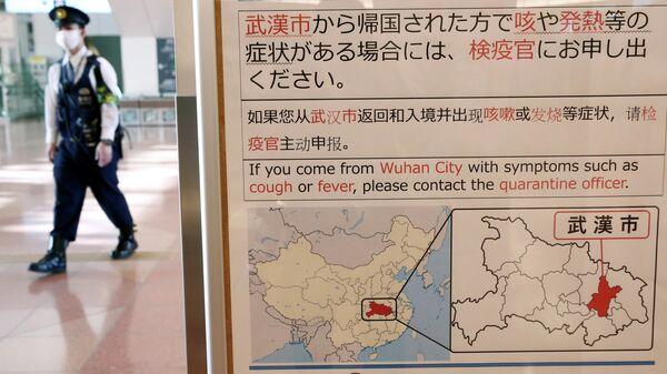 Уведомление в зале аэропорта Ханэда в Токио о вспышке коронавируса в Китайском Ухане