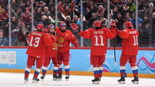 Хоккеисты юниорской сборной России радуются заброшенной шайбе