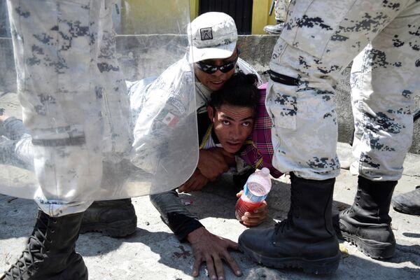 Задержание мигранта недалеко от границы между Гватемалой и Мексикой