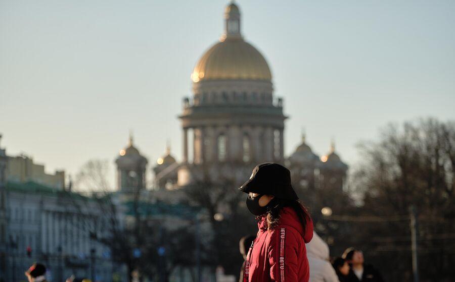 Китайская туристка на Дворцовой площади в Санкт-Петербурге