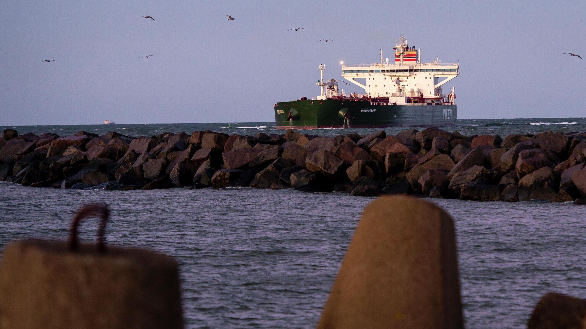 Норвежский нефтяной танкер Breiviken проходит через морской порт Клайпеды - РИА Новости, 1920, 03.12.2020