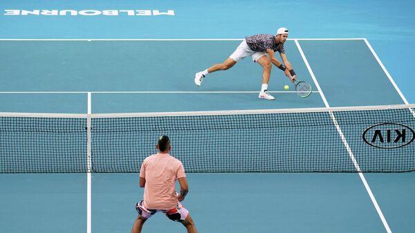 Игровой момент матча между россиянином Кареном Хачановым (на дальнем плане) и австралийцем Ником Кирьосом