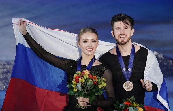 Александра Степанова и Иван Букин (Россия), завоевавшие бронзовые медали в танцах на льду чемпионата Европы по фигурному катанию, на церемонии награждения.